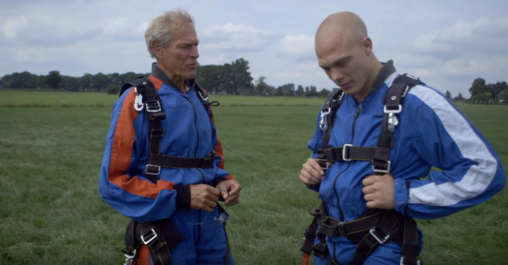 Ard Schenk en Henk Grol parachutespringen - Jaap Duin